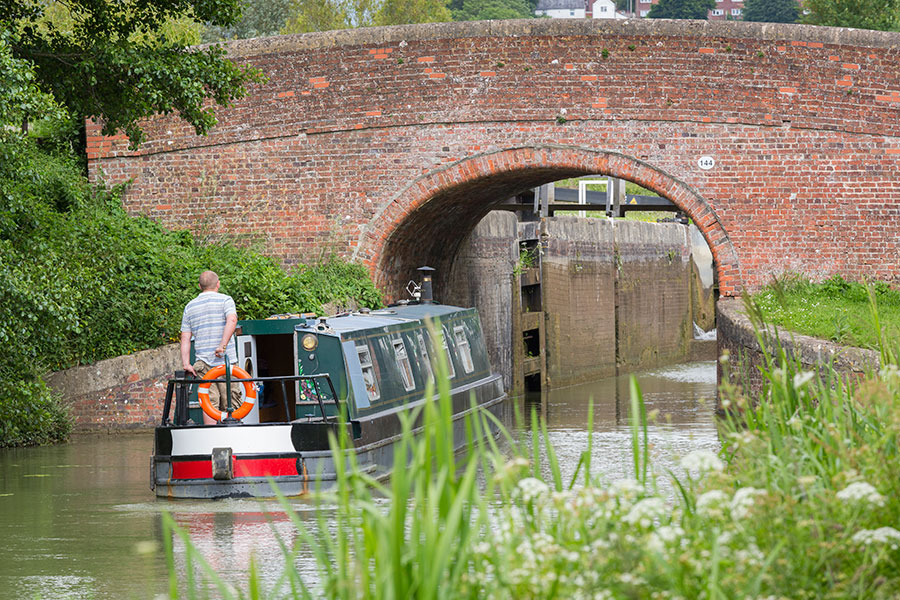 Going-under-a-bridge-Kennett-&-Avon-Canal